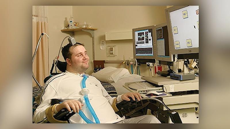 tétraplégique controle un bras robot