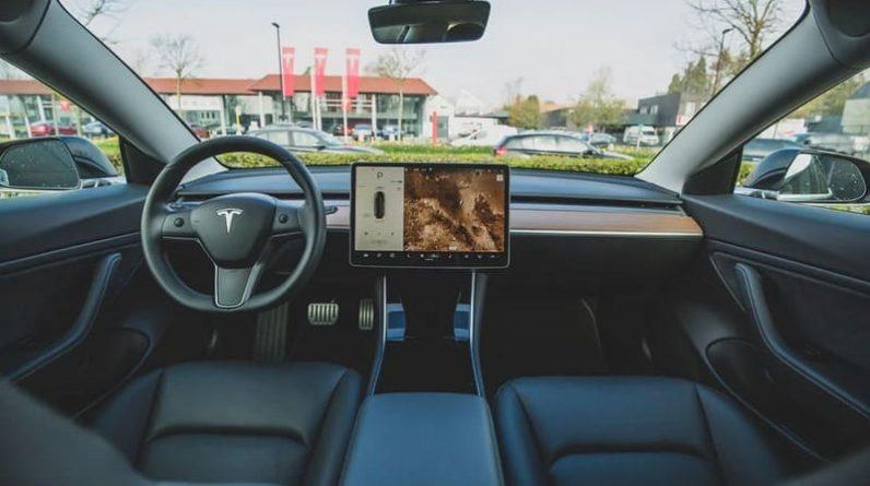 tesla-interieur-autopilot